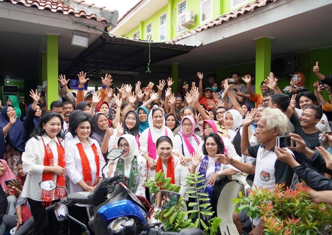 OASE-KIM bersama Ibu Negara Iriana Joko Widodo serahkan bantuan kepada korban banjir Tangerang